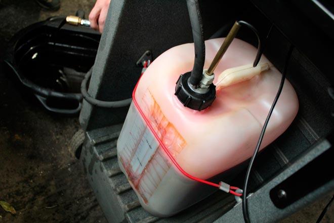 замена масла с применением компрессора