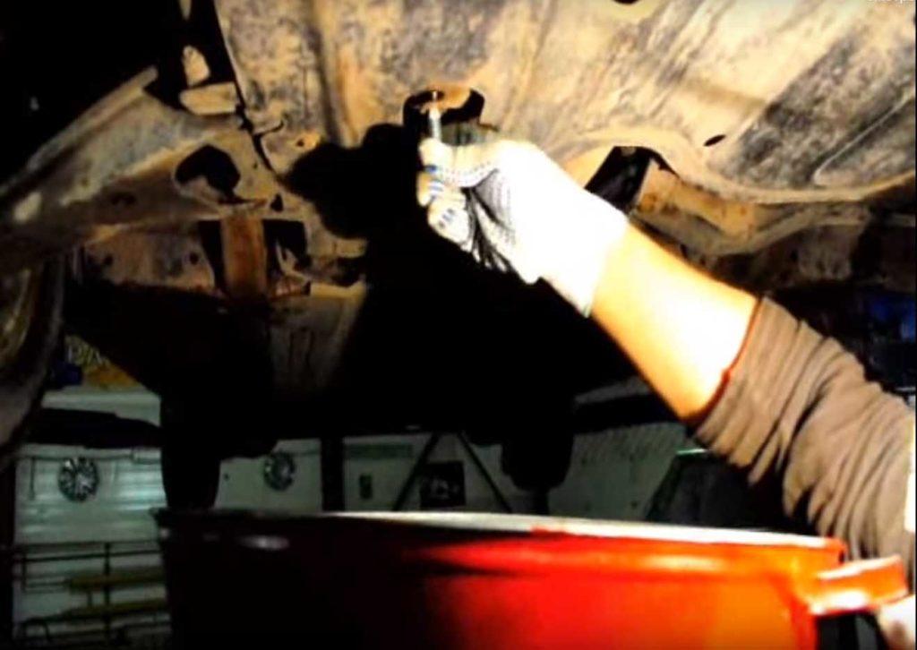 слив масла из двигателя Логан