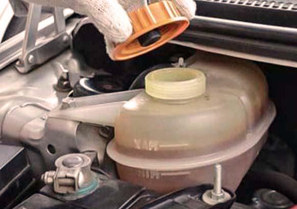 бачок охлаждающей жидкости